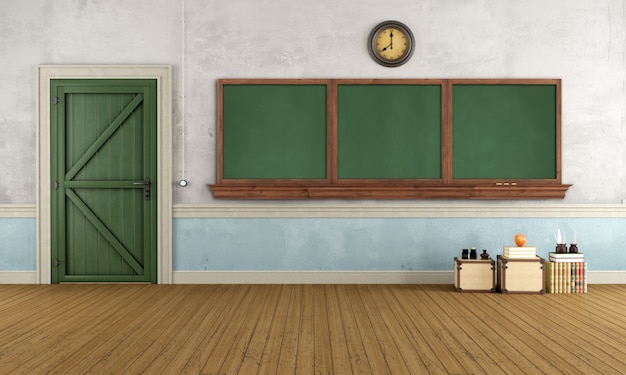 Salle de classe rétro vide avec vieille porte et tableau noir
