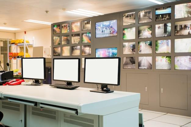Salle de commande moderne et écrans d'ordinateur