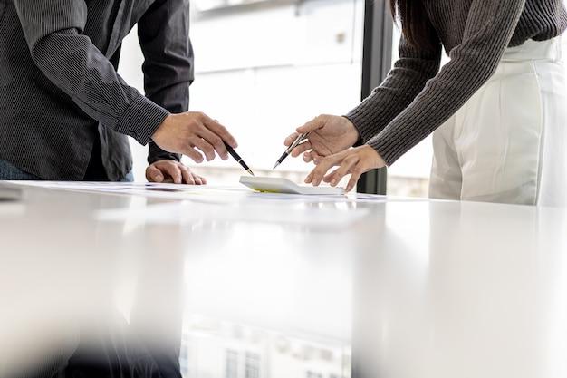 Une salle de conférence où les cadres et les spécialistes du marketing examinent les documents de vente pour analyser, planifier le marketing et faire des promotions des ventes, ils réfléchissent. concept de gestion des ventes.