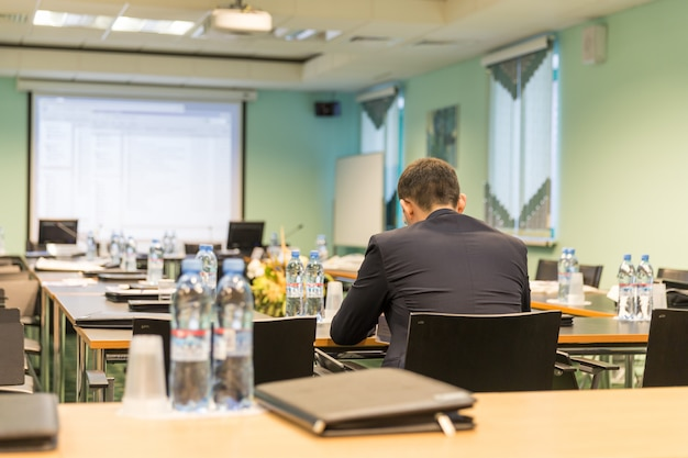 Salle de conférence avec homme d'affaires