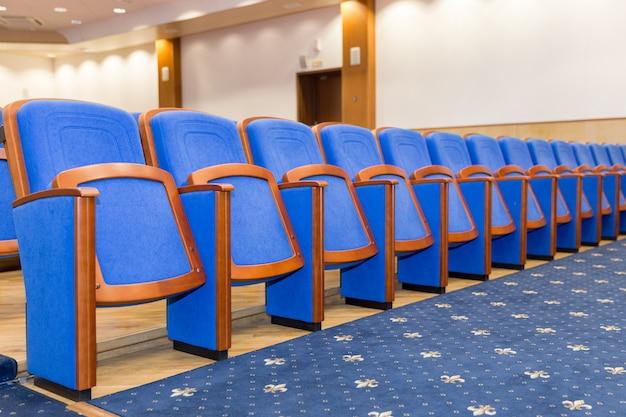 Salle de conférence avec des sièges bleus
