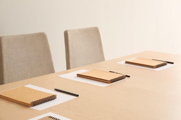 Salle de conférence vide préparée pour la réunion