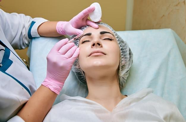 Salle de cosmétologie, traitement et nettoyage de la peau avec du matériel, élimination des causes de problèmes de peau