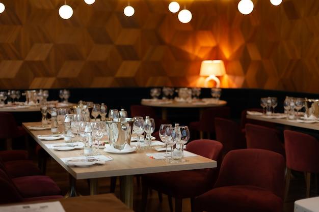 Salle dans le restaurant, avec des tables préparées pour la dégustation de vin