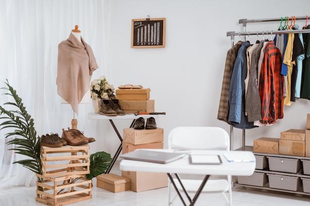 Salle d'exposition d'un magasin de vêtements avec un bureau