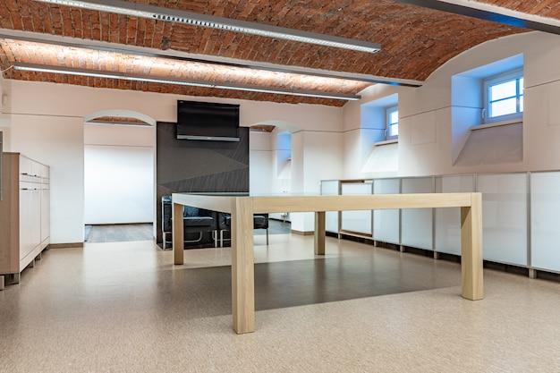 Salle d'exposition moderne pour la présentation et la boutique de nouveaux produits.