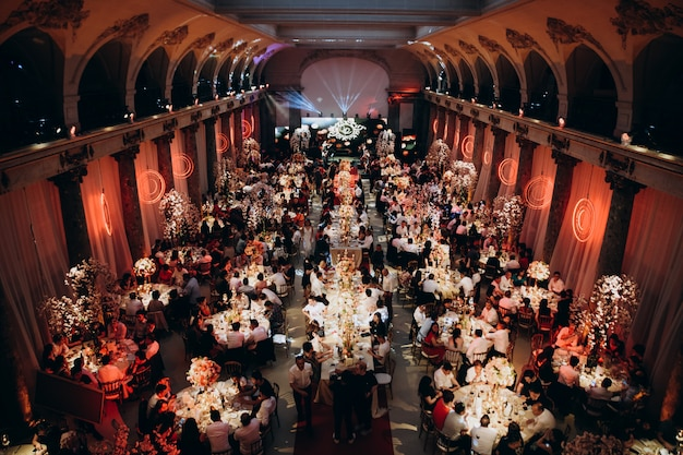 Salle de fête avec plein d'invités