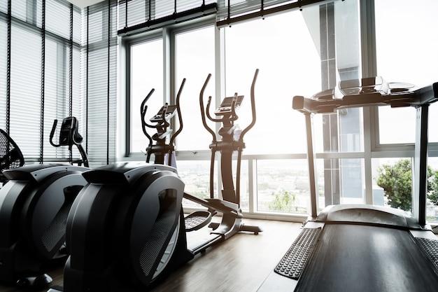 Salle de fitness avec les vélos de sport dedans
