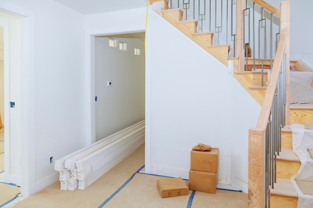 Salle intérieure avec construction neuve et planchers de bois non finis.