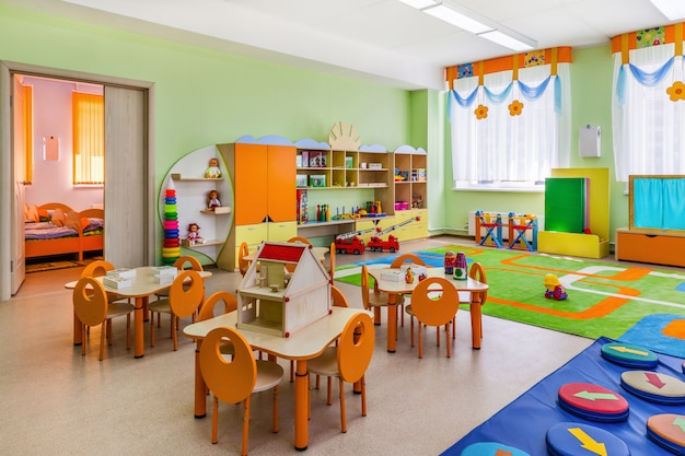 Salle de jeux colorée avec des jouets à la maternelle