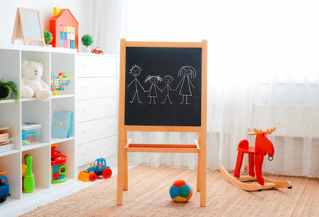 Salle de jeux pour enfants avec des jouets éducatifs en plastique colorés. salle de jeux pour maternelle préscolaire. chambre enfant intérieure.