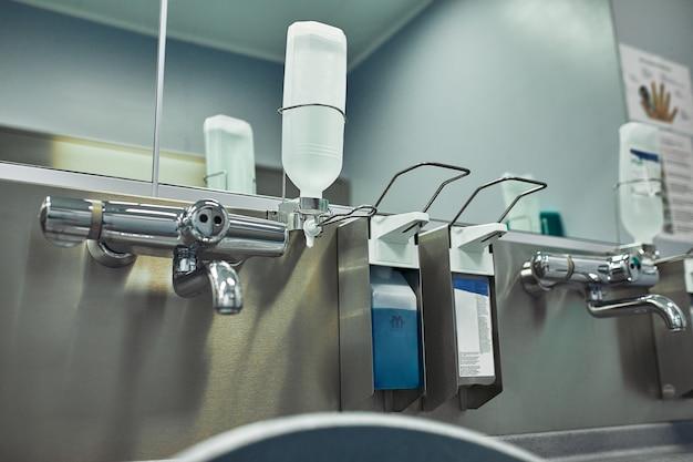 Salle de lavage des mains à l'hôpital. salle préopératoire moderne pour la désinfection de la désinfection des médecins avant la chirurgie