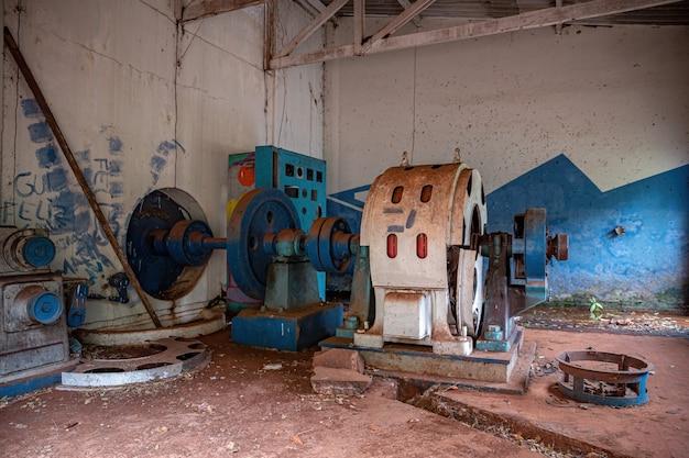 Salle des machines de la petite centrale hydroélectrique abandonnée