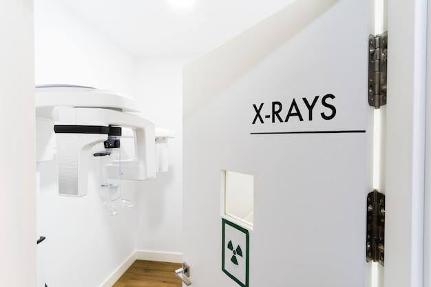 Salle des machines à rayons x dans la clinique dentaire