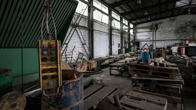 Salle malpropre pleine de déchets d'un bâtiment abandonné