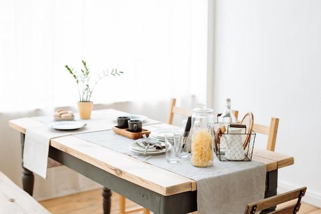 Salle à manger confortable avec une table à manger de style scandinave