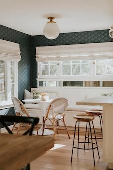 Salle à manger lumineuse avec table en bois
