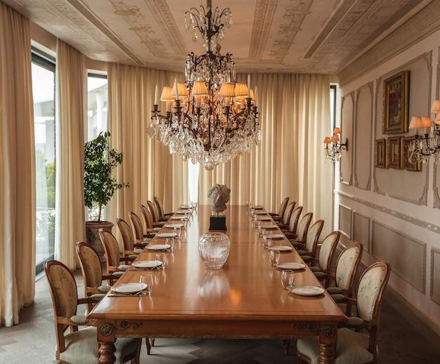 Salle à manger avec vue large dans un design classique