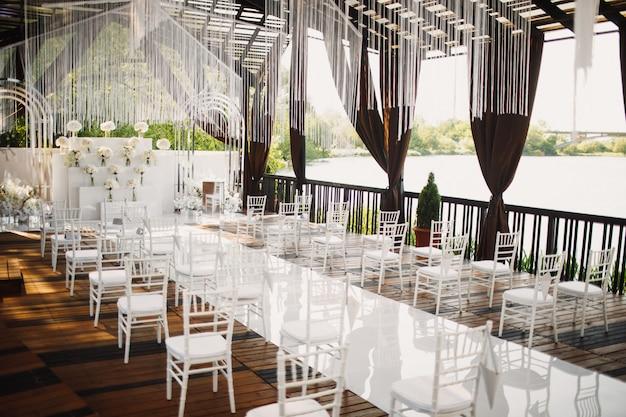 Salle de mariage avec vue sur un lac