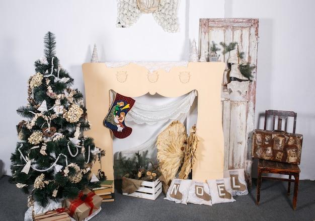 Salle de nouvelle année avec décorations artisanales