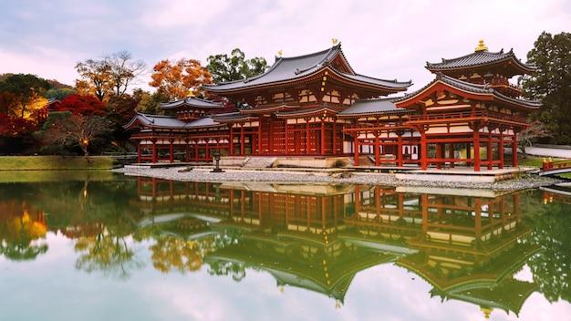 Salle phoenix de byodo-in avec couleurs d'automne