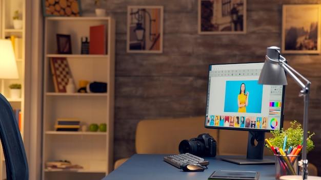 Salle des photographes tard dans la nuit avec un logiciel de montage professionnel sur écran d'ordinateur