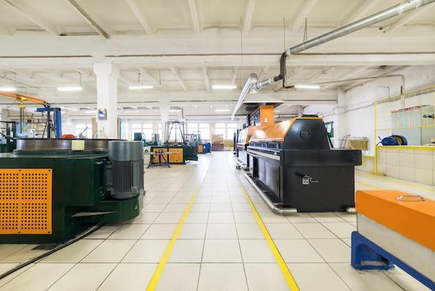 Salle de production spacieuse. hall de production clair et propre