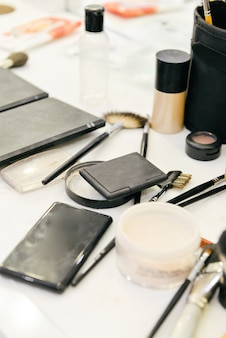 Salle de rangement avec coiffeuse, miroir et produits cosmétiques dans une maison de style plat