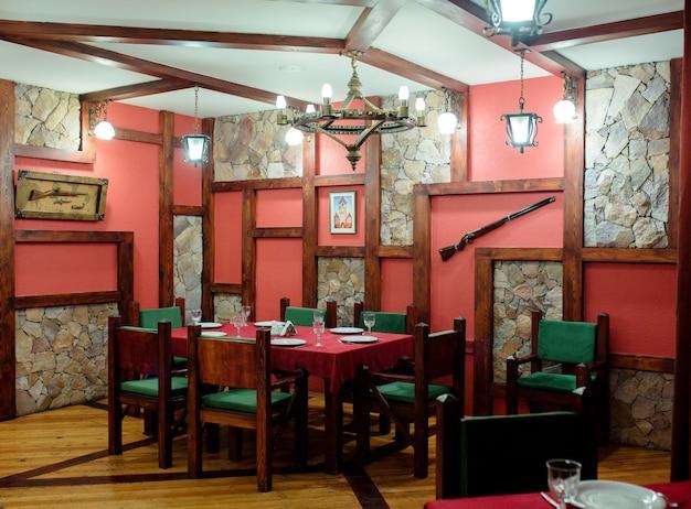 Salle de restaurant avec des fusils sur le mur