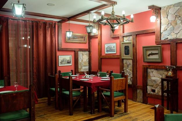 Salle de restaurant avec des peintures sur les murs
