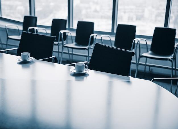 Salle de réunion avec des tasses à café