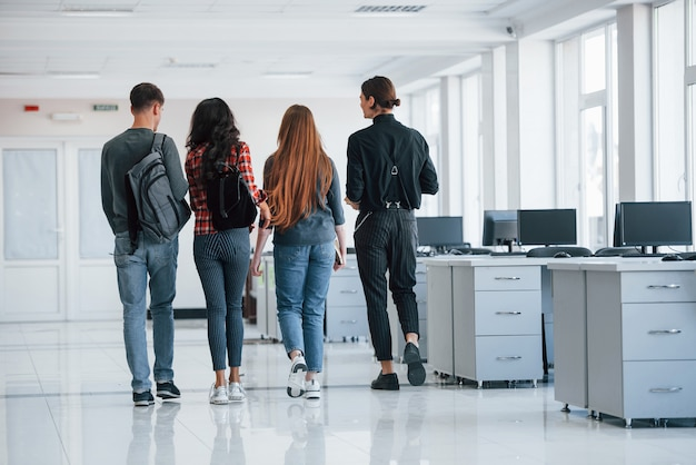 Cette salle sera bientôt vide. groupe de jeunes marchant dans le bureau à leur pause
