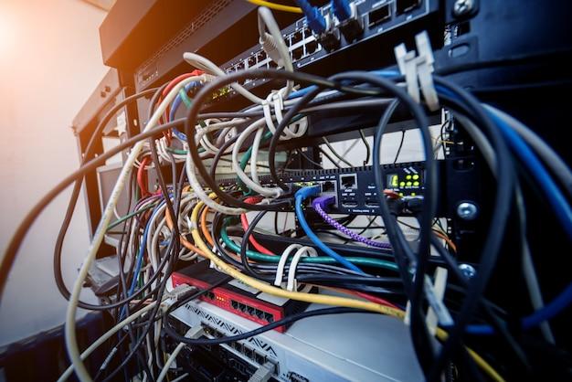 Salle des serveurs avec ordinateurs pour internet. câbles réseau connectés aux commutateurs.