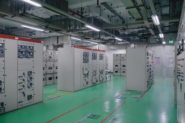 Salle de sous-station électrique dans l'industrie pétrochimique ou raffinerie de pétrole et de gaz