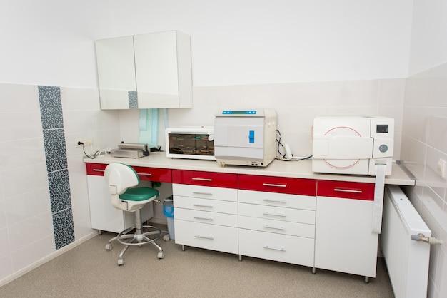 Salle de stérilisation moderne pour la manipulation d'instruments dentaires.