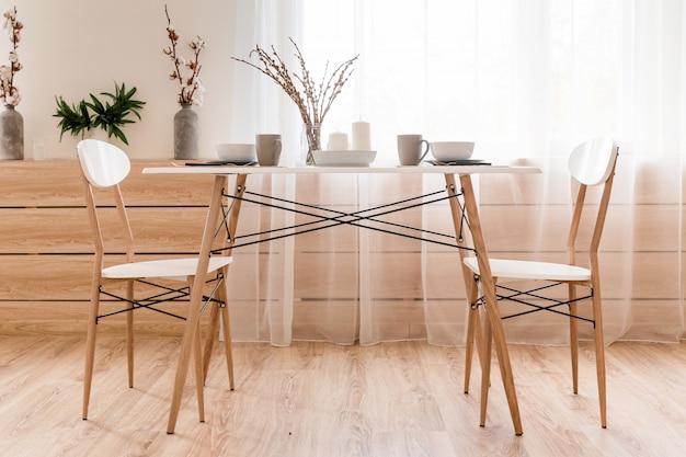 La salle a une table à manger sur laquelle la portion de petit déjeuner