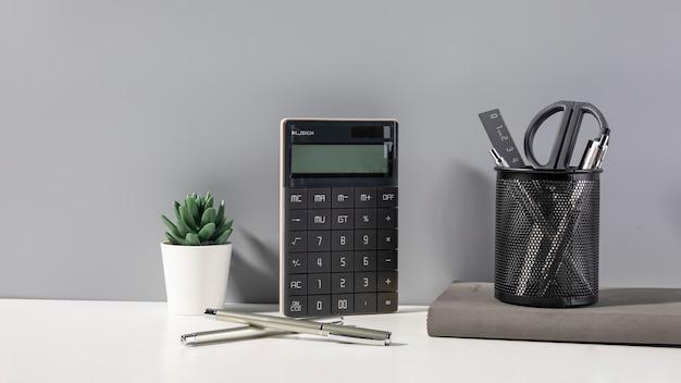 Salle de table, papeterie, livre, calculatrice, ciseaux et trois