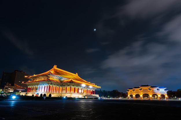 Salle de théâtre nationale et porte principale de liberty square du memorial hall de chiang kai-shek de nuit à taipei, taiwan