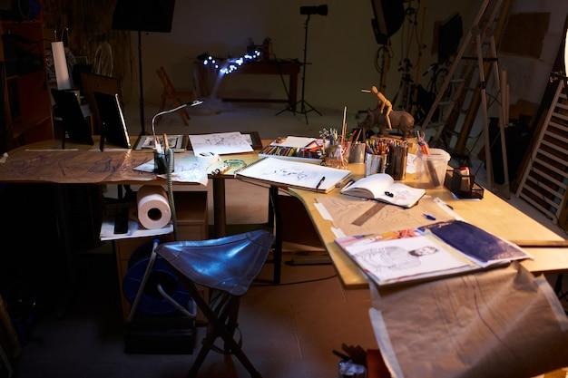Salle de travail d'artiste créatif pas de gens passe-temps intérieur du studio d'art contemporain avec inachevé ...