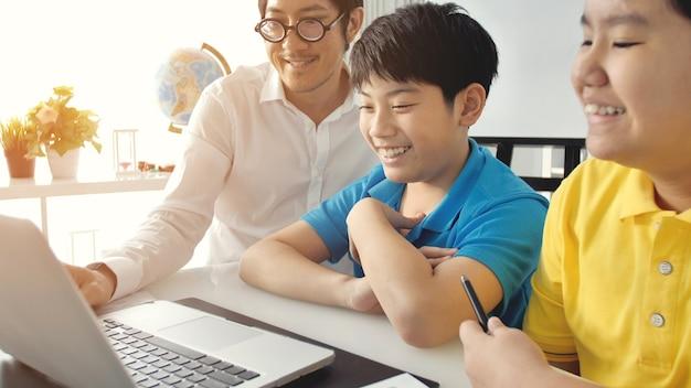 Salle de tutorat enfants en classe apprenant sur ordinateur portable
