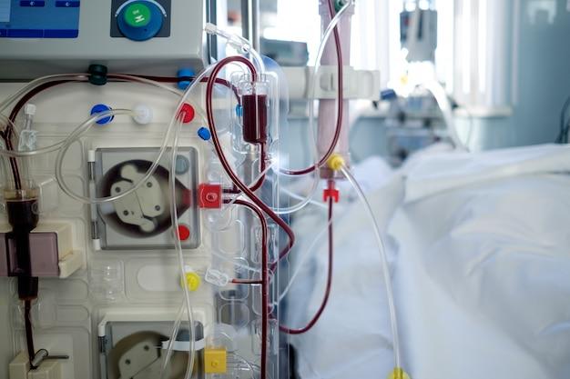 Salle d'urgence de soins intensifs avec appareil d'hémodialyse (ou procédure d'hémofiltration), patient en position critique