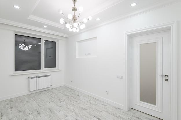 Salle vide blanche moderne avec fenêtre