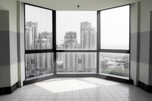 Salle vide sur un haut bâtiment