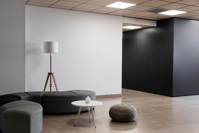 Salle vide minimaliste dans un immeuble commercial