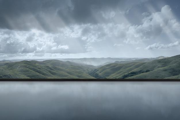 Salle vide avec vue sur les collines verdoyantes sur fond de ciel sombre