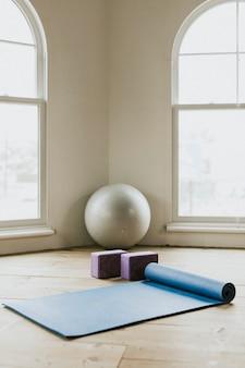 Salle de yoga avec lumière naturelle