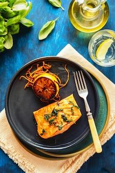 Salmon sole meuniere au citron. filet de poisson rouge. truite grillée au beurre, citron et sauce persil