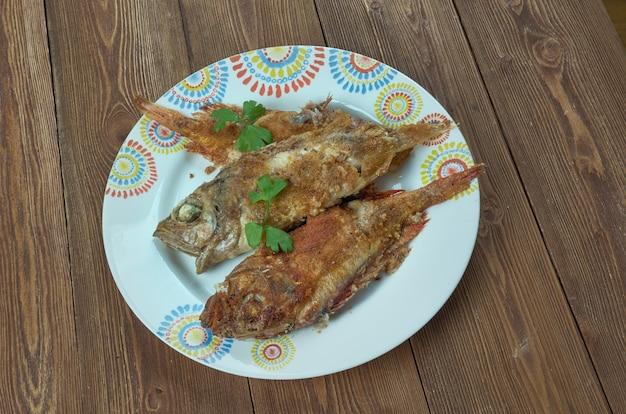 Salmonetes con fritura andaluza. poêlée de poisson frit, cuisine espagnole