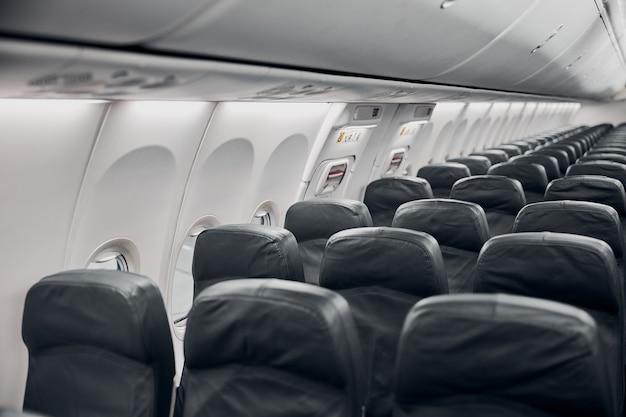Salon d'avion la nuit