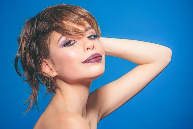 Salon de beauté et coiffeur jeune femme avec maquillage glamour